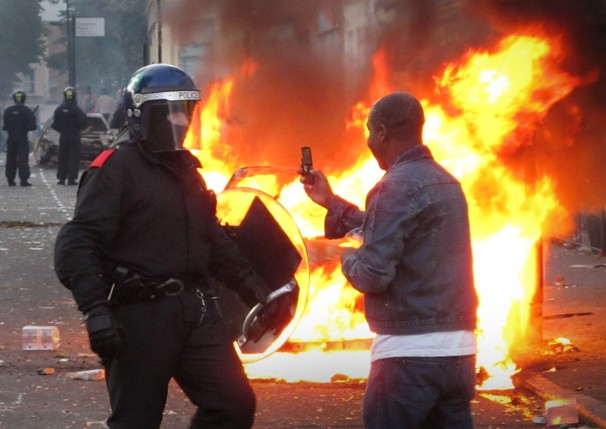 London Police scanning BlackBerry messages to investigate the use of devices in recent riots