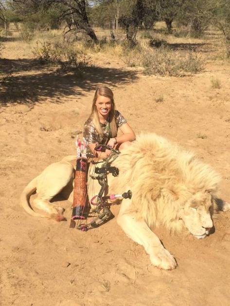 xkendall-jones-with-dead-lion.jpg.pagespeed.ic.F5R7QY7EXf